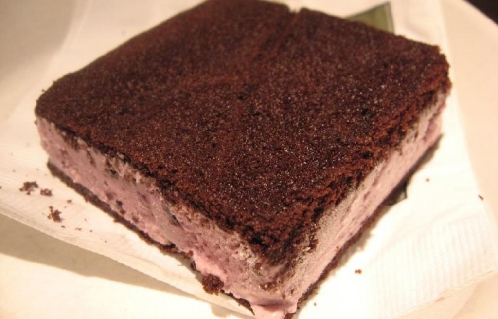 Biszkopt czekoladowo-truskawkowy