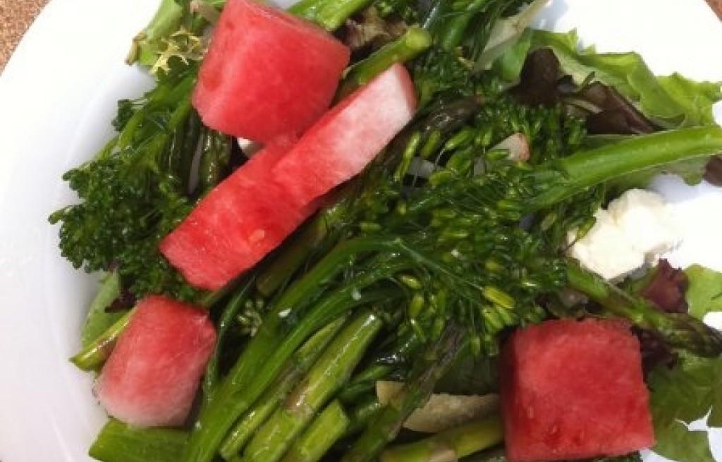 Sałatka z arbuzem, serem, brokułem i szparagami