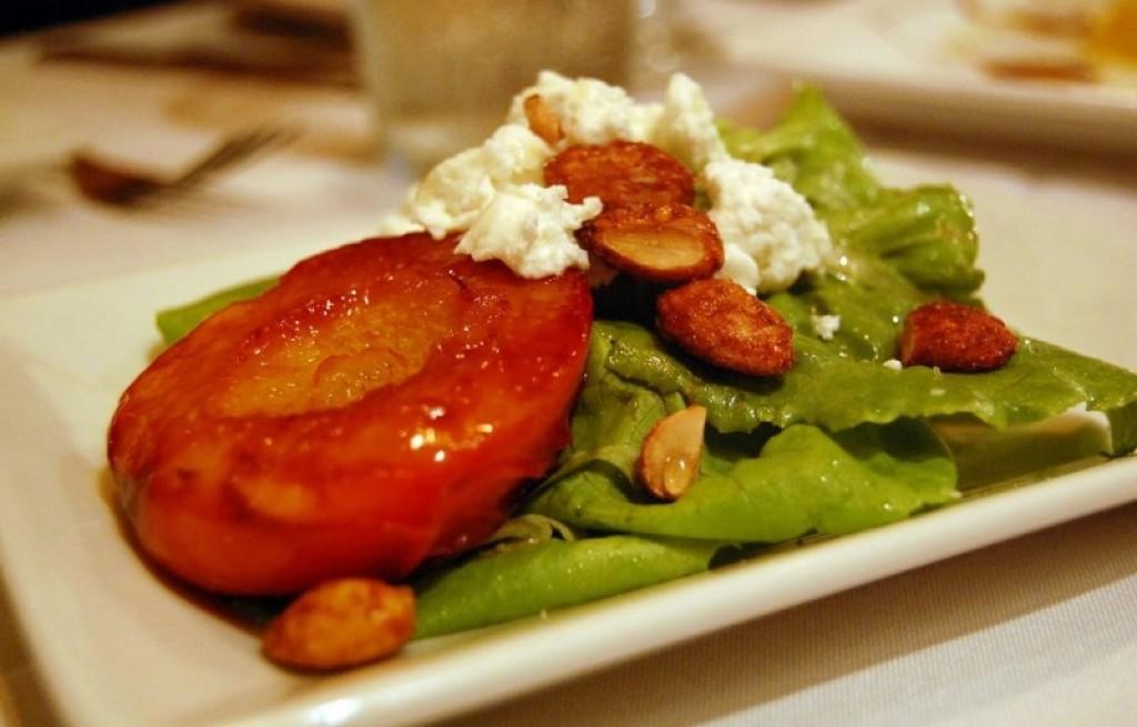 Brzoskwinie smażone z migdałami i serem