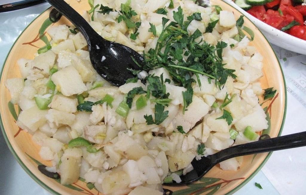 Sałatka ziemniaczana z selerem i papryką