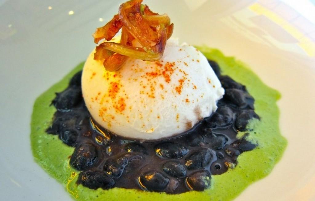 Jajka z czarną fasola i awokado