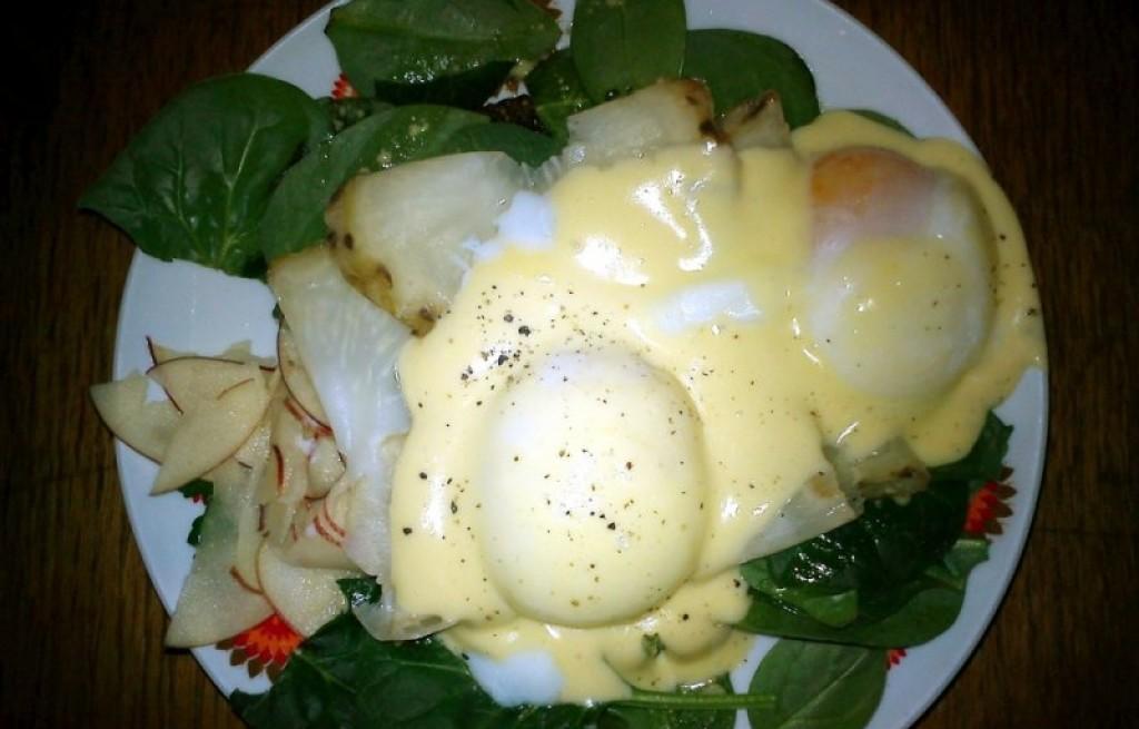 Jajka po benedyktyńsku jabłkami i selerem