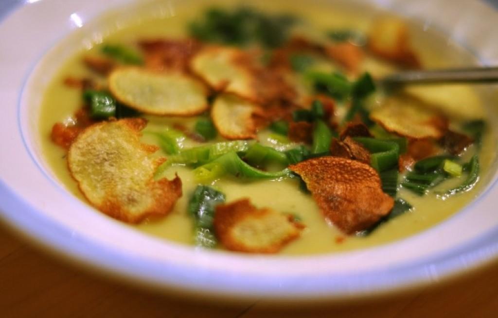 Zupa ziemniaczana z porem, frytkami i boczkiem