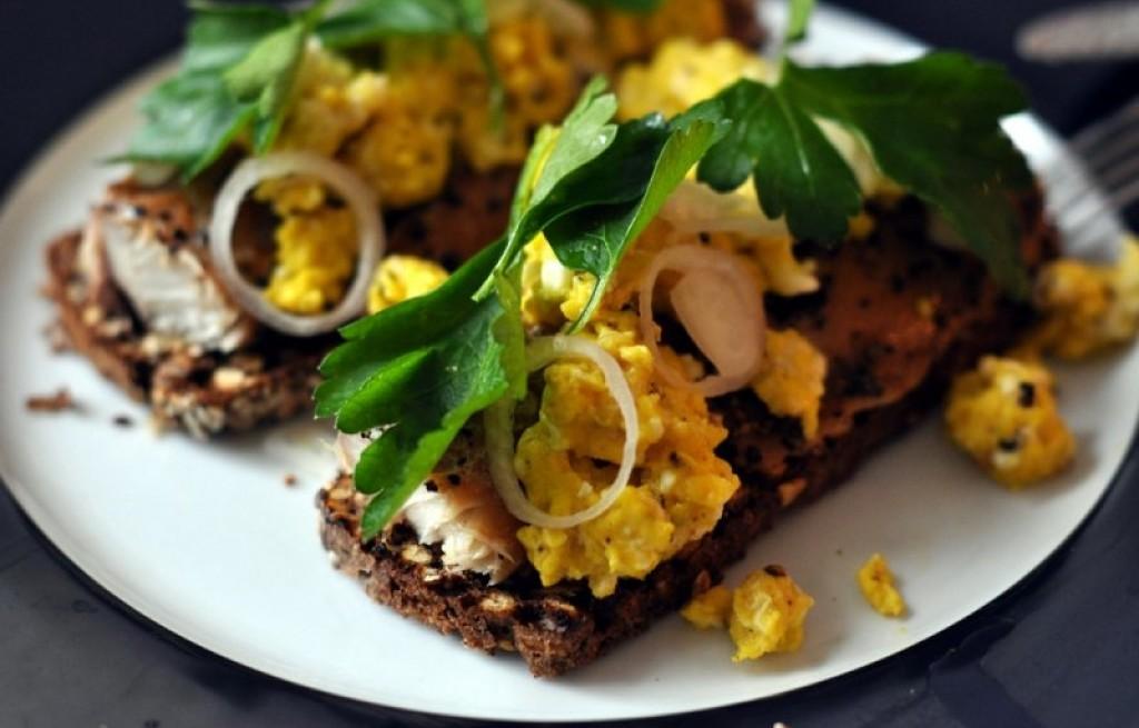 Tosty z makrelą i jajkami