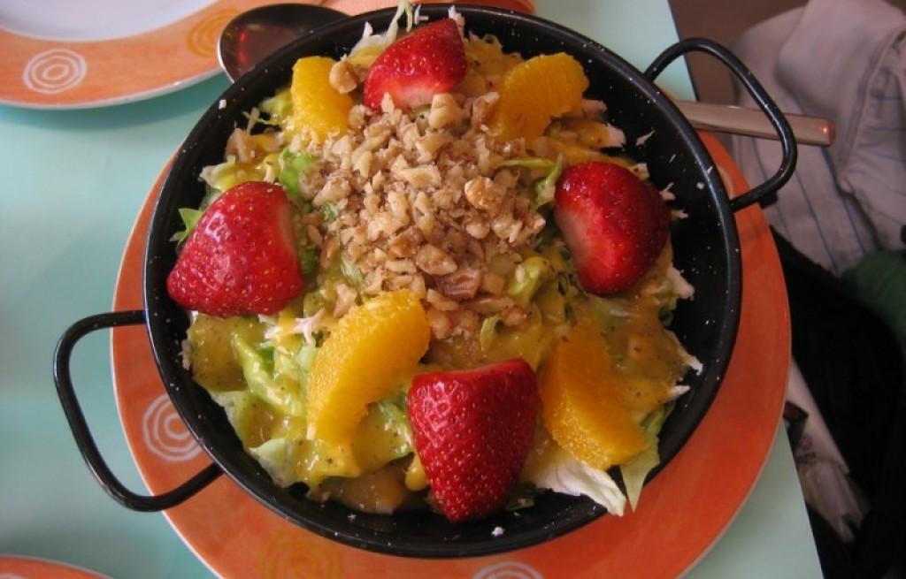 Sałatka owocowo-warzywna z orzechami
