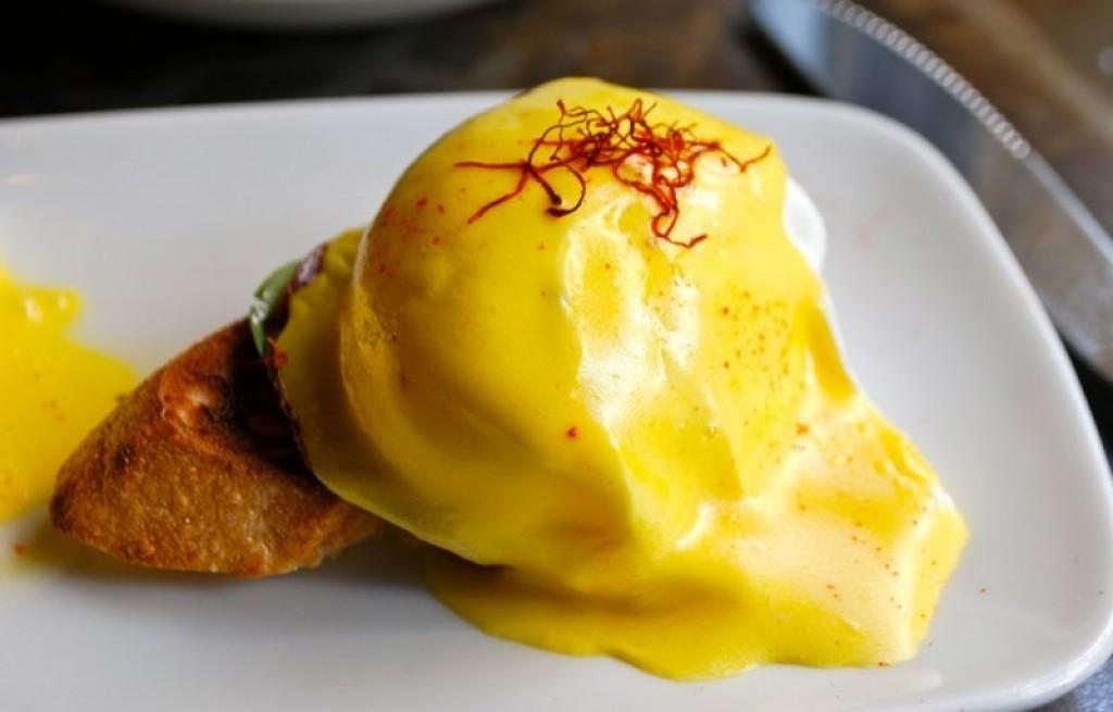 Grzanki z jajkami i szynką