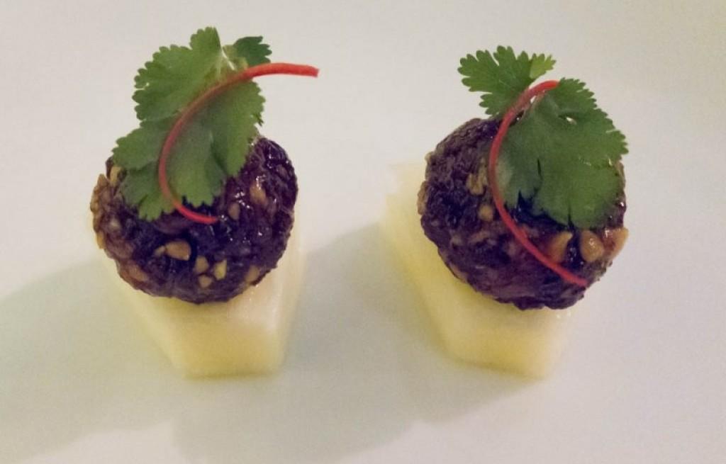 Krewetki z ryżem, orzeszkami i ananasem