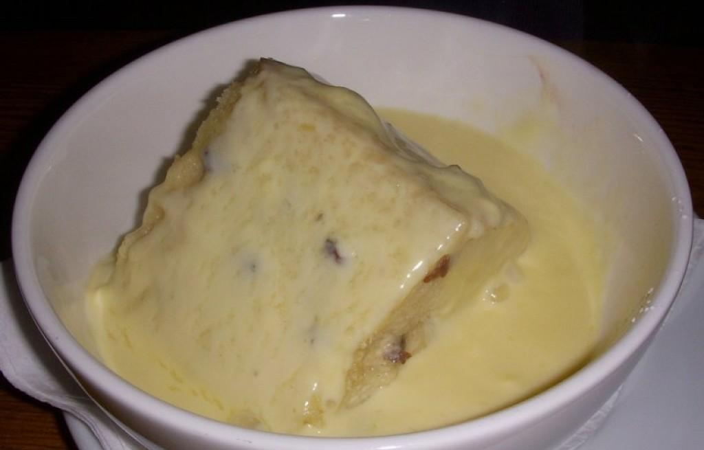 Pudding chlebowy z masłem i rodzynkami