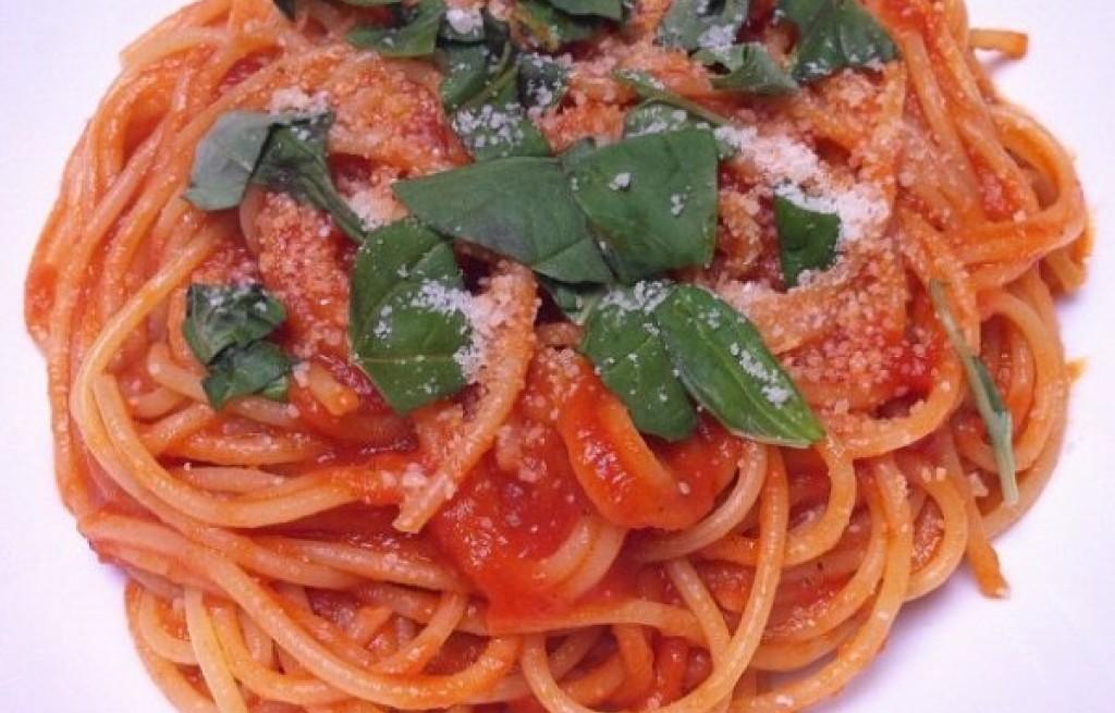 Spaghetti w sosie pomidorowym z pieczarkami
