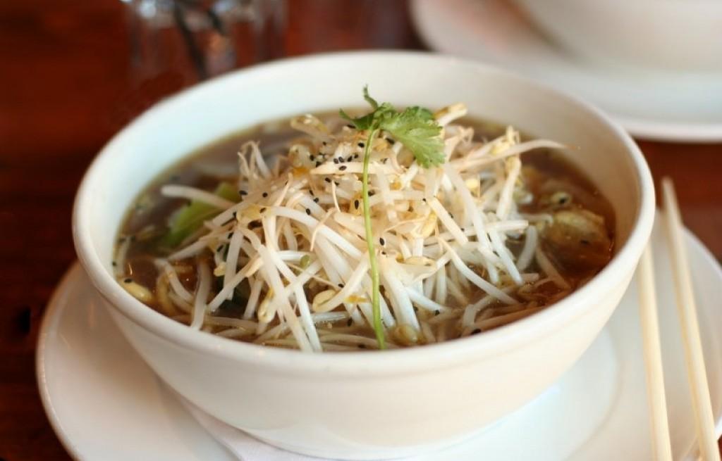 Zupa grzybowa z makaronem i kiełkami