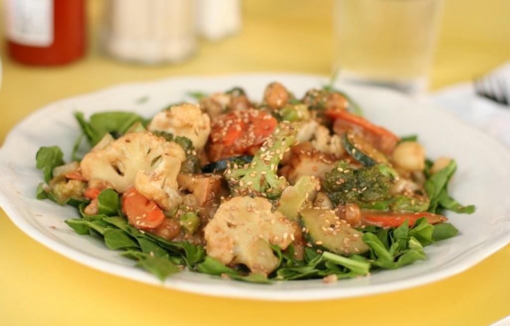 Sałatka warzywna z tofu