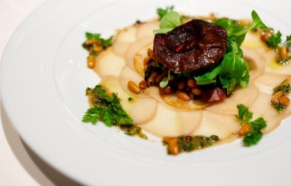 Wołowina z ziemniakami, prawdziwkami i orzeszkami