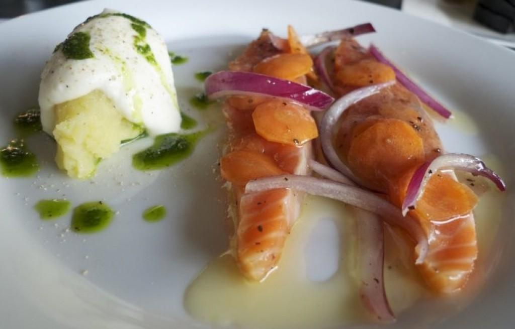 Łosoś marynowany z ziemniakami i śmietaną