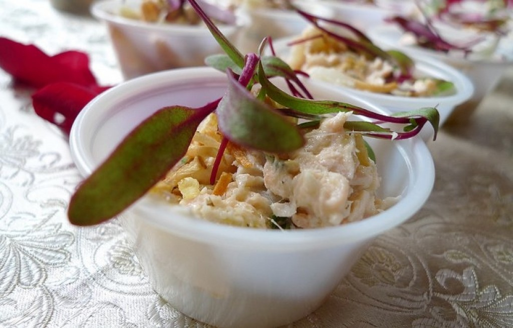 Makrela wędzona z boczkiem, grzankami i mango