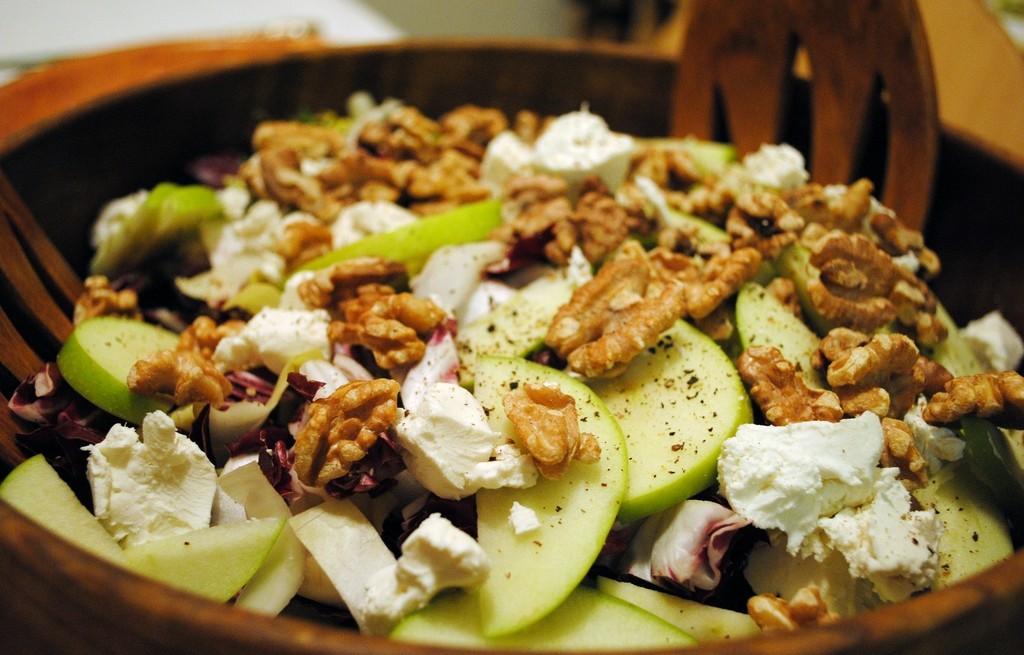 Sałatka z owoców, cykorii, orzechów i sera