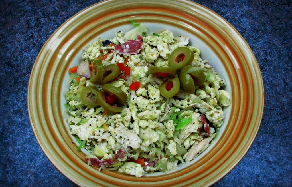 Jajecznica z kurczakiem, salami i warzywami