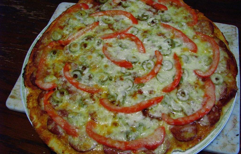 Pizza z papryką, kiełbasą i oliwkami