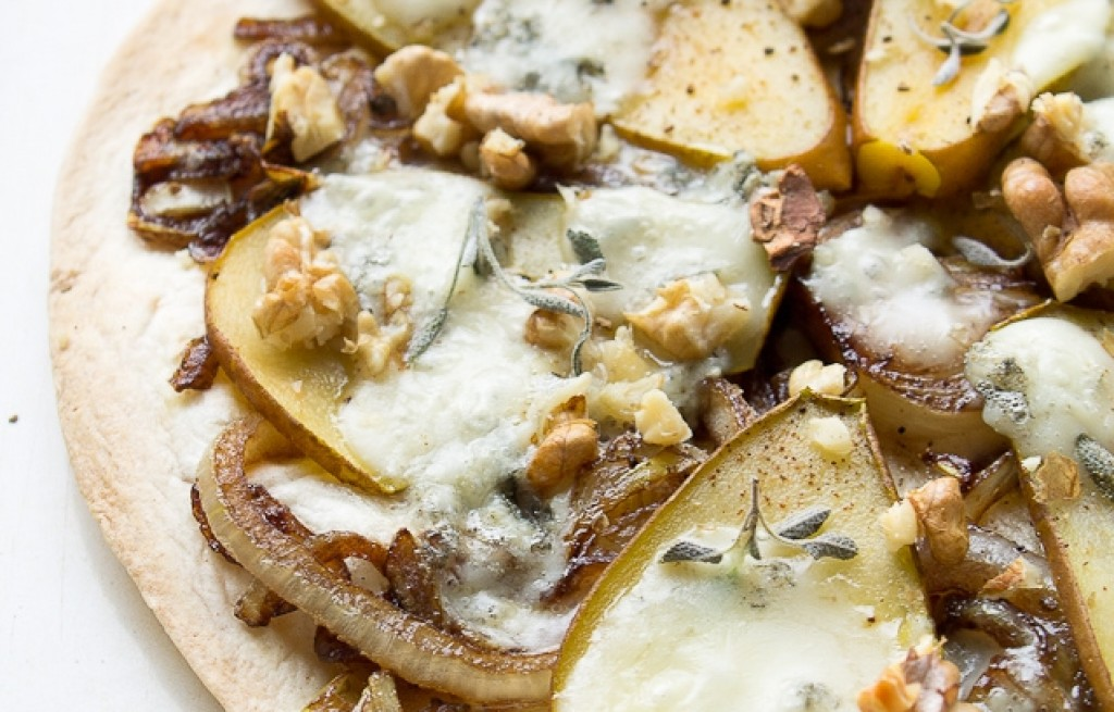 Tortilla z gruszkami, cebulą i gorgonzolą