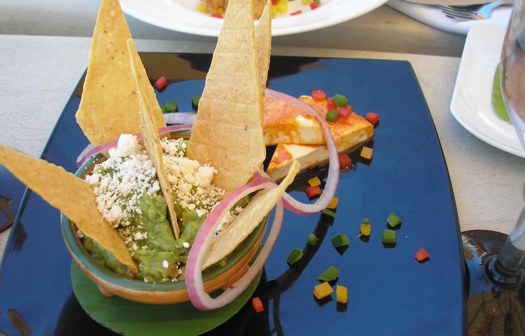 Sałatka warzywana z awokado, serem i plackami tortilli
