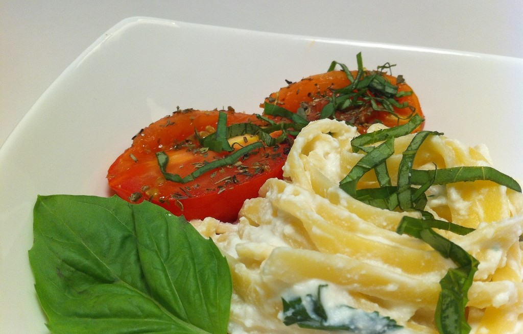 Fettuccine z serem, śmietaną i warzywami