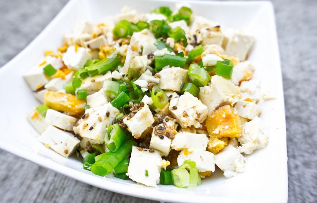 Sałatka z tofu, dyni i sezamu