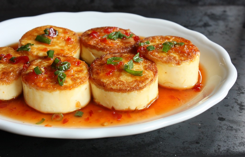 Tofu smażone z jajkami w sosie chili