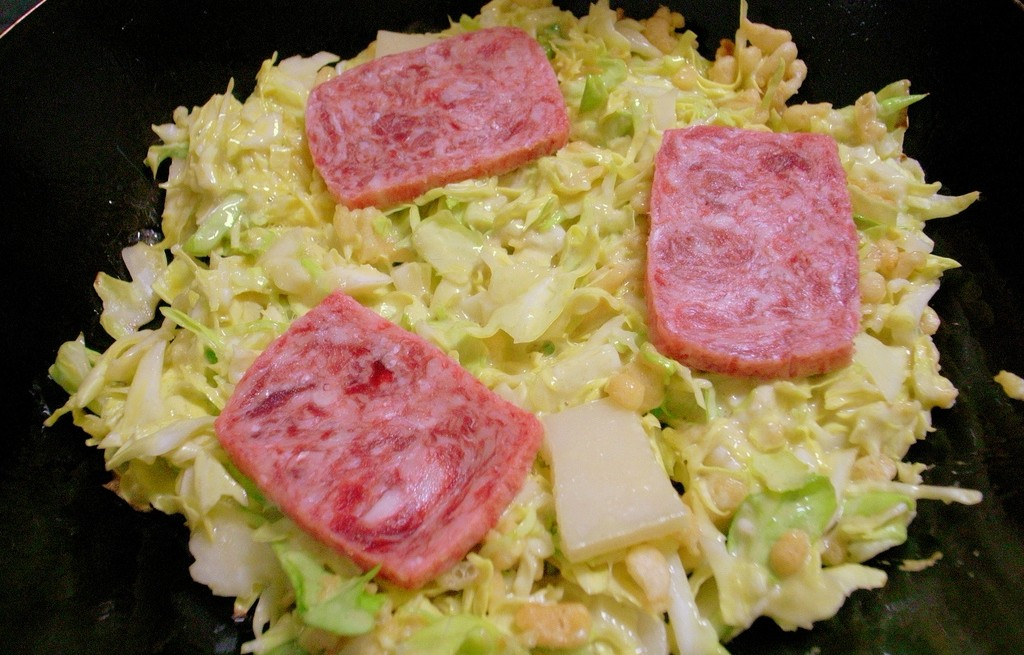 Okonomiyaki z mielonką i serem