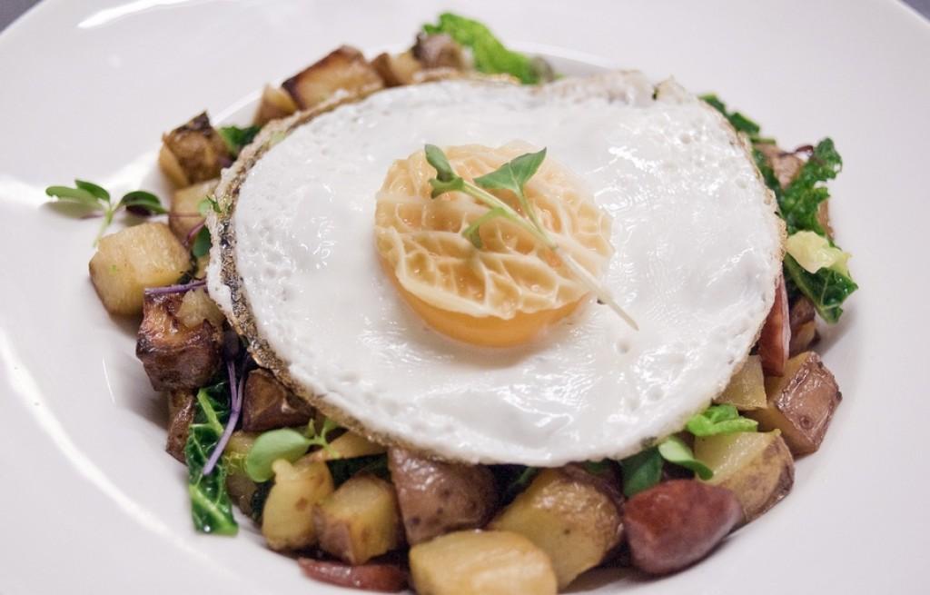 Ziemniaki czerwone z kiełbasą, jajkiem i kapustą