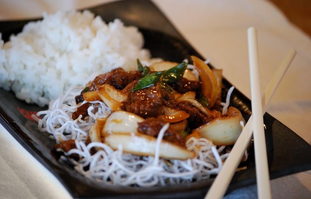 Wołowina duszona z ryżem i makaronem