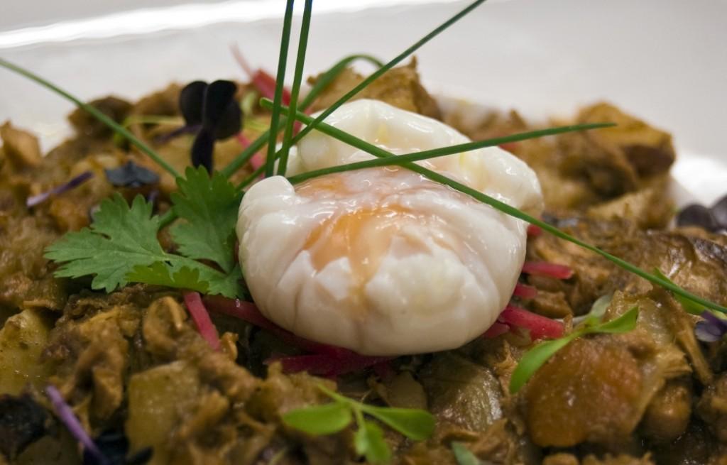 Kurczak w curry z ziemniakami, grzybami i jajkiem