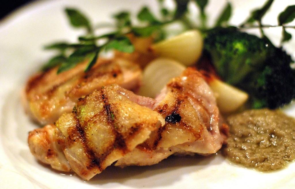 Kurczak grillowany z warzywami i sosem anchios