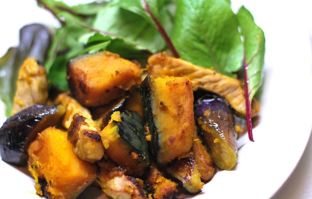Sałatka warzywna z wieprzowiną i curry
