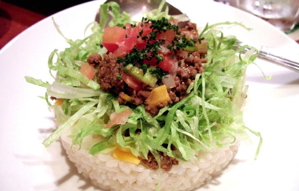 Ryż z mięsem, warzywami, serem i tortillą