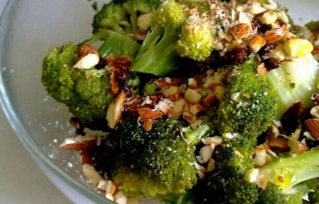 Brokuł z migdałami i suszonymi pomidorami