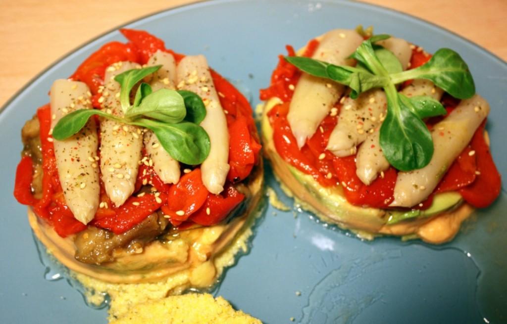 Polenta z plackami tortilli i warzywami