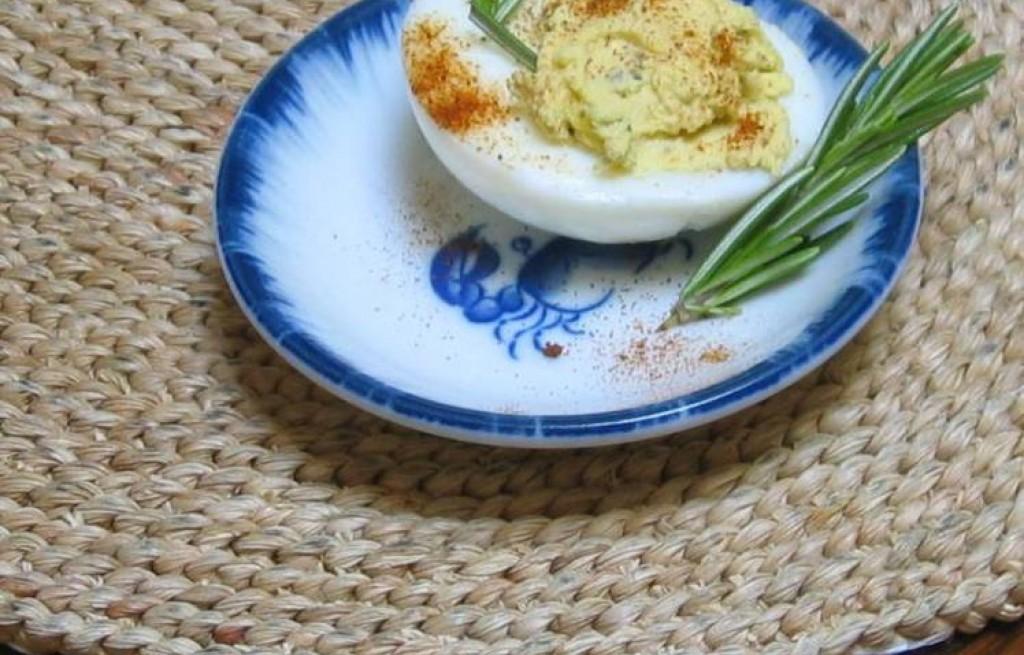 Jajka faszerowane majonezem, musztardą i ogórkiem