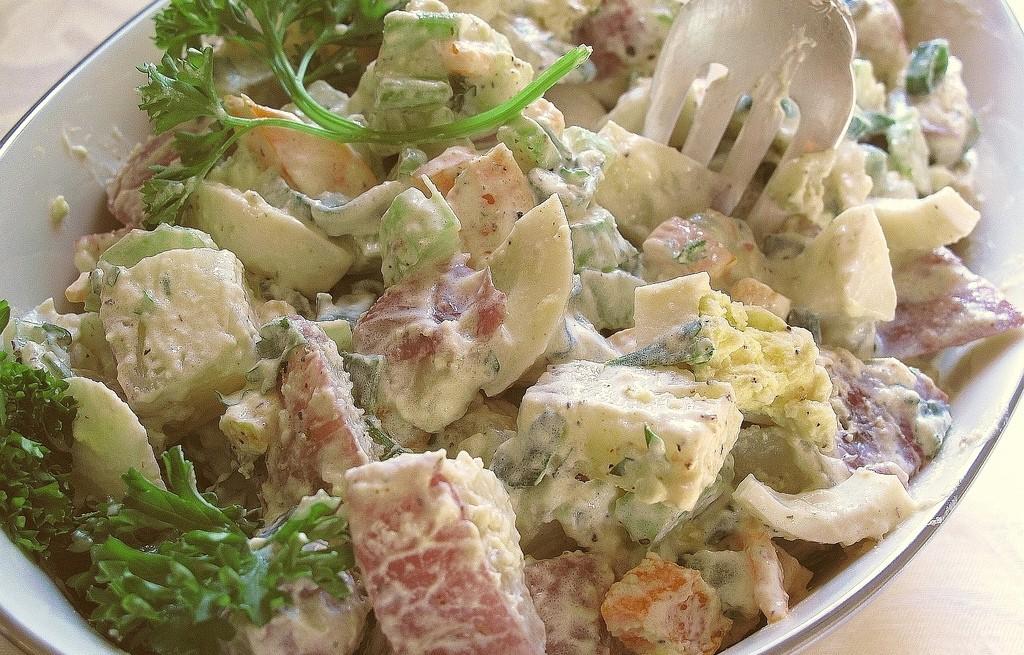 Sałatka warzywna z awokado i szynką