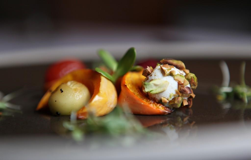 Persymona grillowana z serem, pistacjami i czekoladą