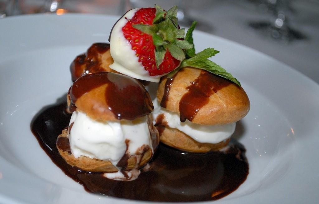 Ciastka kremowe z czekoladą i truskawkami