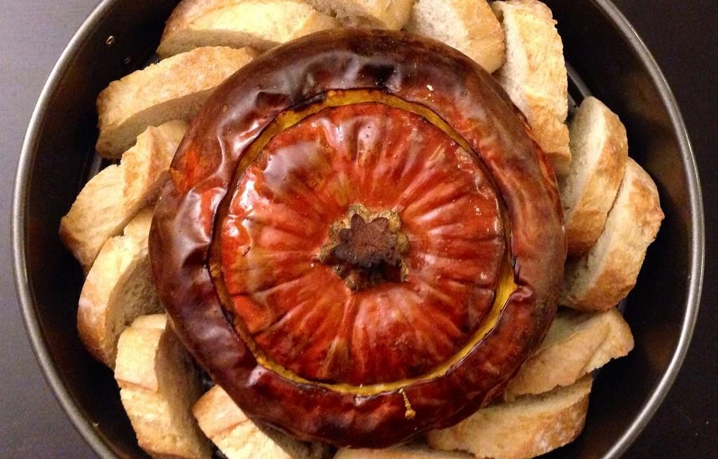 Dynia pieczona z grzankami i fondue