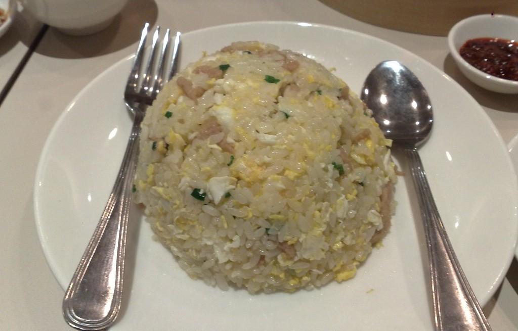 Ryż z wieprzowiną, jajkiem i sosem sriracha