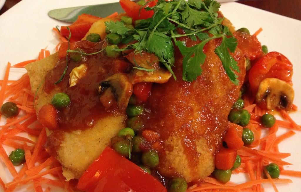 Mintaj z warzywami i pieczarkami w sosie