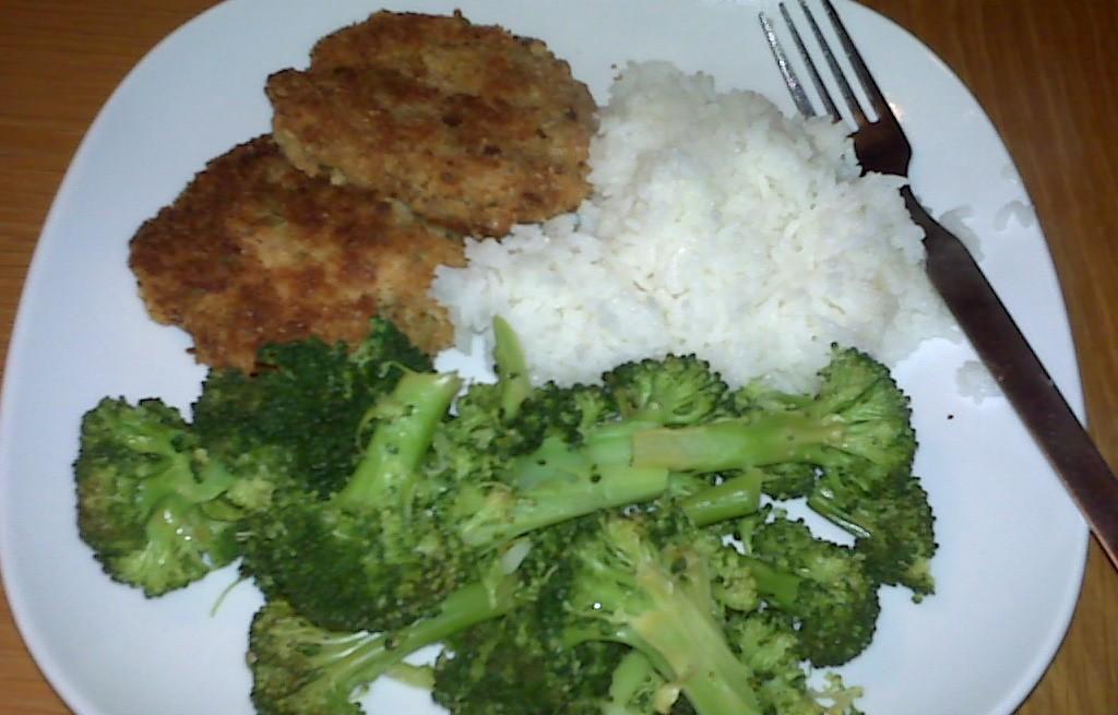 Kotlety z łososia z ryżem i brokułami