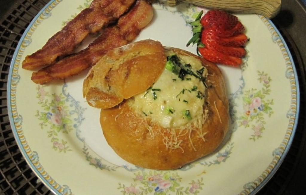 Bułki zapiekane z boczkiem, jajkiem i serem