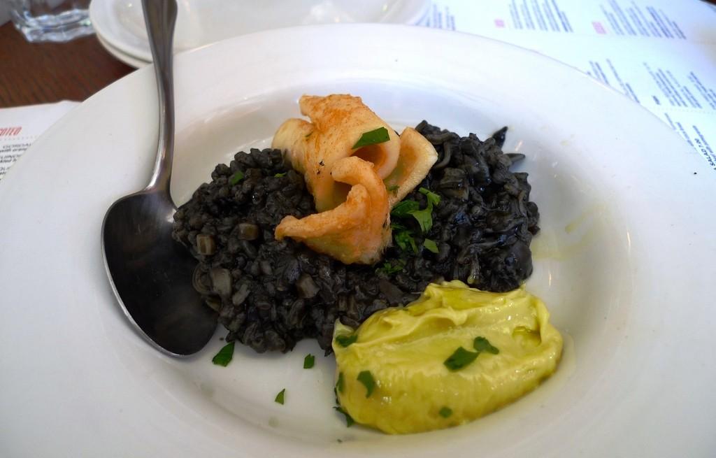 Kalmary z czarnym ryżem i dipem majonezowym