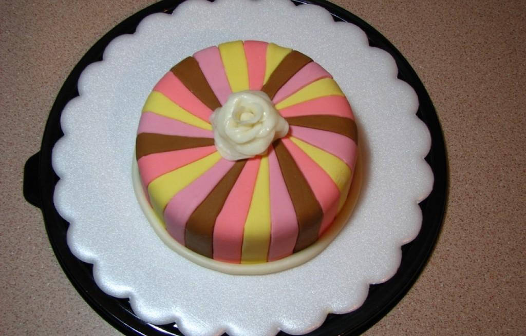 Tort czekoladowy z lukrem plastycznym