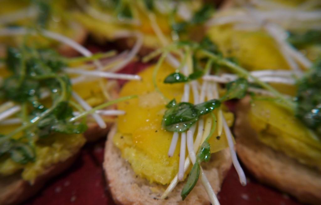 Grzanki z omletem i kiełkami fasoli
