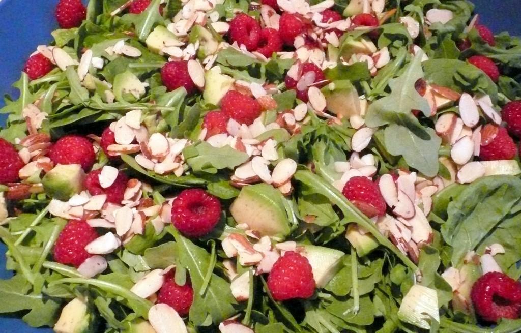 Sałatka warzywna z awokado, malinami i migdałami