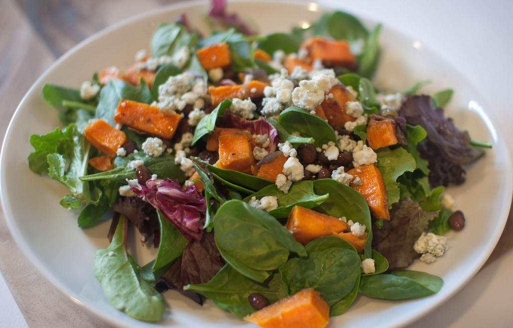 Sałatka z marchewką, fasolą i gorgonzolą
