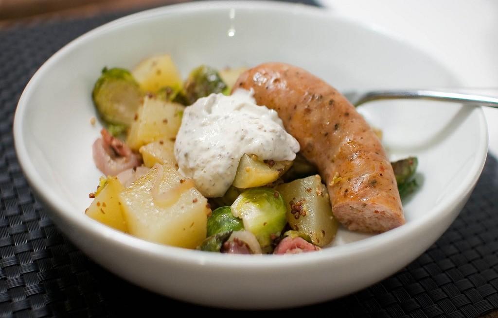 Kiełbasa z warzywami, bekonem, musztarda i jogurtem
